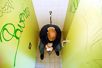 Utiliser son téléphone aux toilettes peut faire plus de mal que de bien. Image d'illustration.