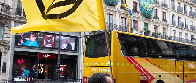 «Pour la vie, on prend Rivoli», scandent les quelques dizaines de manifestants qui se sont installés sur la chaussée à plusieurs points d'accès de cet axe majeur de la capitale désormais privé de voitures sur une partie de sa longueur.