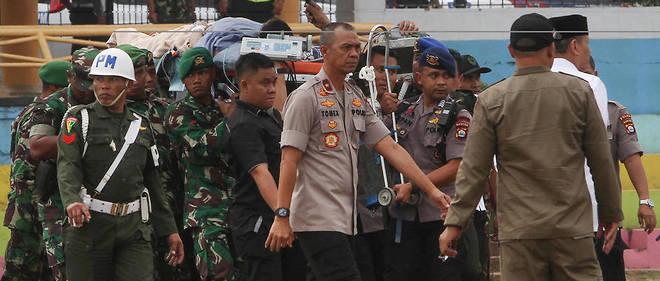 Le ministre Wiranto est évacué après avoir été poignardé par deux membres de l'organisation Jamaah Ansharut Daulah (JAD)», liée au groupe État islamique (EI), selon le chef des services de renseignements.