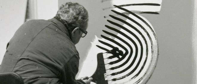Hans Hartung dans son atelier d'Antibes, 1975