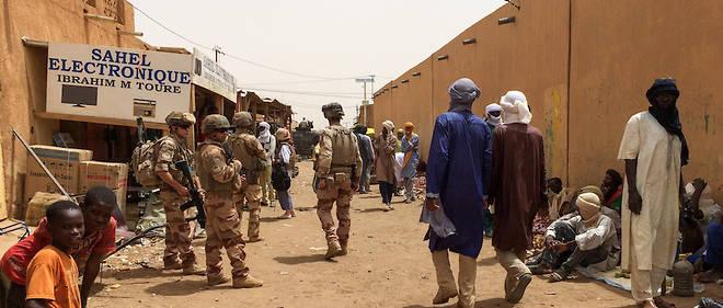 Des soldats de Barkhane patrouillant dans la ville de Menaka. Pour eux, la situation est devenue compliquee.