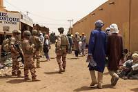 <p>Des soldats de Barkhane patrouillant dans la ville de Menaka. Pour eux, la situation est devenue compliquée.</p>