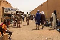 Des soldats de Barkhane patrouillant dans la ville de Menaka. Pour eux, la situation est devenue compliquée.
