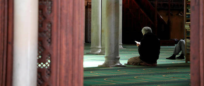 Muslims offer prayers in the grand mosque of Paris, on September 12, 2017, in Paris. (Photo by LUDOVIC MARIN / AFP)