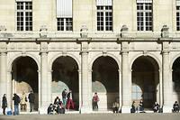 Le Conseil constitutionnel a choisi l'option suivante: gratuité à tous les étages, mais possibilité laissée au ministre de l'Éducation nationale de fixer les droits d'inscription.