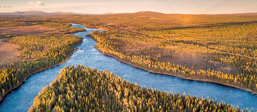 La riviere Muonio, qui serpente dans la foret boreale, marque la frontiere entre la Suede et la Finlande.  (C)CHRISTOPHE MIGEON