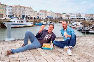 Jérôme Rigaud et Morgan Guilloto avec leur vodka artisanale Rétha, issue de pommes de terre de l'île de Ré.   ©Yann WERDERFROY/REA