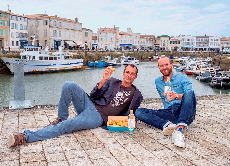 Jérôme Rigaud et Morgan Guilloto avec leur vodka artisanale Rétha, issue de pommes de terre de l'île de Ré.