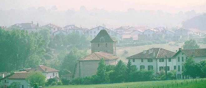 Le village d'Espelette sous la brume.