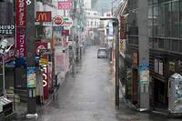 Les opérations de sauvetage sont mises en péril par les fortes pluies.