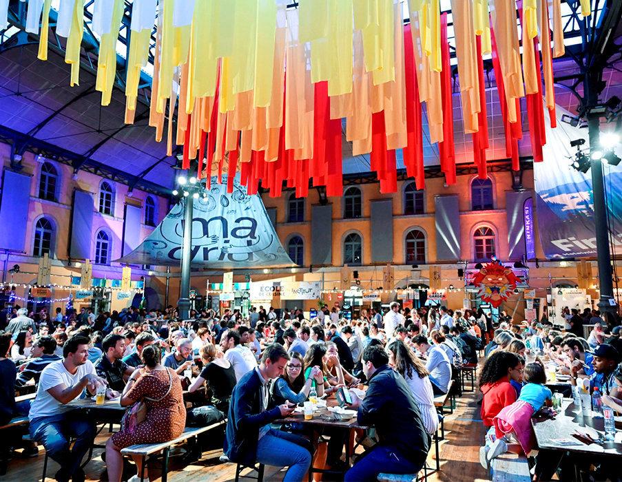 Cantine. Dégustation de spécialités japonaises, espagnoles, hongkongaises et finlandaises lors de la 4eédition du Lyon Street Food Festival, le 12septembre.