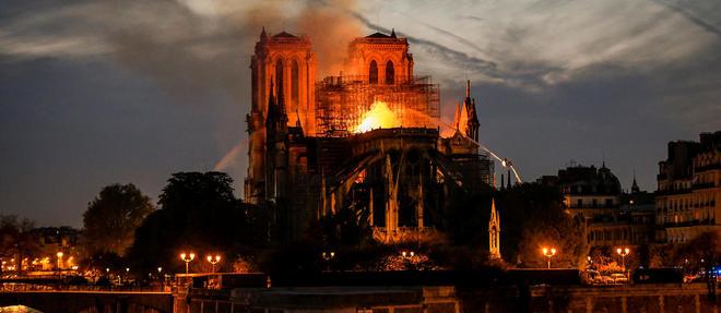 La cathedrale Notre-Dame de Paris a ete la proie des flammes pendant plusieurs heures.