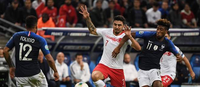 Turkey's midfielder Ozan Turfan (C) vies with France's forward Kingsley Coman during the Euro 2020 Group H qualification football match between France and Turkey at the Stade de France in Saint-Denis, outside Paris on October 14, 2019. (Photo by Alain JOCARD / AFP)