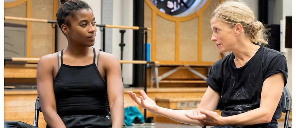 <p>Transmission. Crystal Pite avec sa «protégée», Khoudia Touré, le 12septembre.</p>