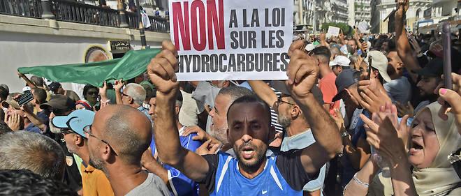 Plus d'un millier de personnes ont manifesté, dimanche àAlger, contre une loi sur les hydrocarbures.