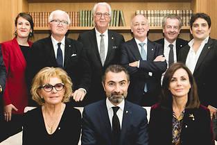 Le nouveau conseil d'administration des Grandes Tables du monde preside par David SInapian, au premier rang entre Maryse Trama et Sylvie Buhagiar.