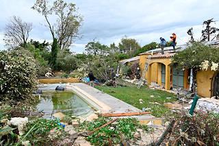 « La tornade, très localisée, s'est produite entre quatre et cinq heures du matin dans la nuit de lundi à mardi », a indiqué la mairie d'Arles.