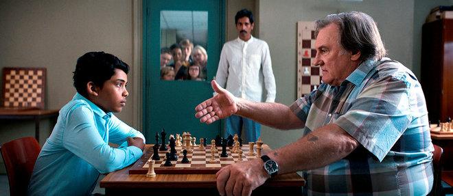 Fahim (Assad Ahmed) face au meilleur entraîneur d'échecs de France, Sylvain (Gérard Depardieu), dans le film de Pierre-François Martin-Laval, dit Pef.
