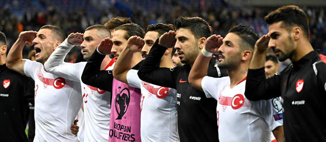Les joueurs turcs avaient deja fait le salut militaire contre l'Albanie, vendredi.