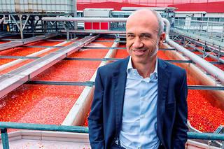Francesco Mutti devantles cuves destockage de tomates de l'usine Mutti, à Montechiarugolo, dans la province de Parme.  ©Rhodri JONES/PANOS-REA