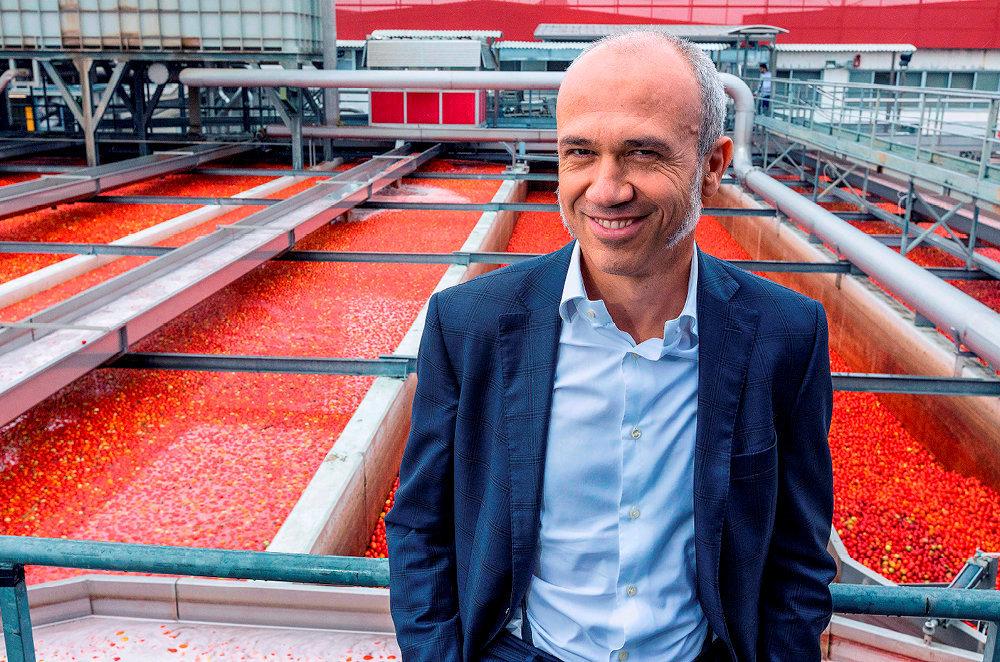 Dandy. Francesco Mutti devantles cuves destockage de tomates de l'usine Mutti, à Montechiarugolo, dans la province de Parme.