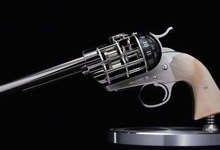 <p>C'est la crosse, realisee dans differentes matieres, qui rend unique chacun des 50 exemplaires du revolver-pendule << Hasta La Vista ! >> signe L'Epee 1839 et The Unnamed Society.</p> <p> </p>