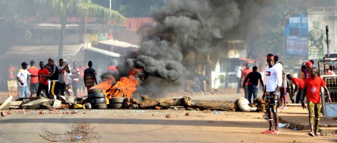 Un collectif guineen engage contre l'ambition pretee au president Alpha Conde de briguer un troisieme mandat a appele a de nouvelles manifestations mardi, au lendemain d'une premiere journee de mobilisation sanglante.