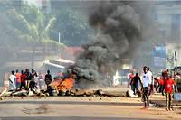 Un collectif guinéen engagé contre l'ambition prêtée au président Alpha Condé de briguer un troisième mandat a appelé à de nouvelles manifestations mardi, au lendemain d'une première journée de mobilisation sanglante.