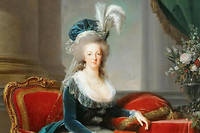 La reine Marie-Antoinette assise, en manteau bleu et robe blanche, tenant un livre a la main.