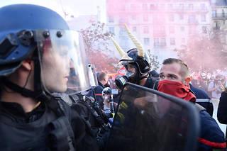 Des milliers de sapeurs-pompiers défilaient à Paris ce mardi.