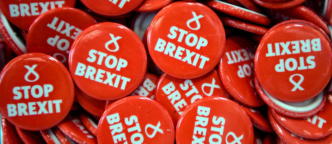 Des badges << Stop Brexit >> du Parti national ecossais en octobre.