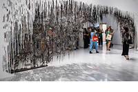 Ecran de fumee, 2015 de Diana Al-Hadid : une composition complexe de fibres de verre et gypse habille un mur de 30 pieds.