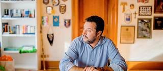 Matteo Salvini nel suo ufficio.