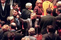La garde des Sceaux, ministre de la Justice Élisabeth Guigou, est entourée par les députés, le 9 décembre à l'Assemblée nationale à Paris, lors de la séance où les parlementaires ont adopté en première lecture, par 316 voix pour et 249 contre, la proposition de loi sur le pacte civil de solidarité (pacs).