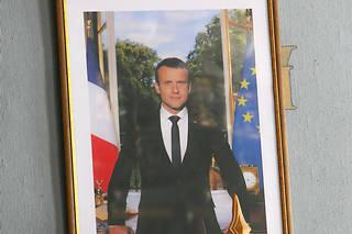 Portrait du président de la République française Emmanuel Macron et drapeaux tricolores dans la salle des conférences et des mariages de la mairie de Valence.