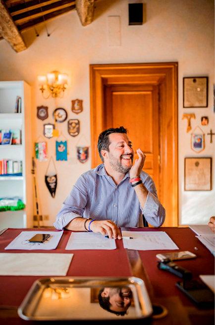 Grand écart. Communiste à 17ans, il est le secrétaire de La Ligue, classée à l'extrême droite, à 40ans. «Pour moi, populiste est un compliment», affirme Matteo Salvini, ici dans le bureau de La Ligue au Sénat, à Rome, le 9octobre.