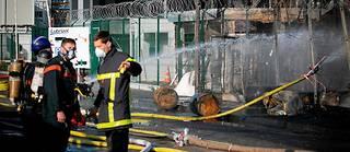 Des pompiers près de l'usine Lubrizol de Rouen, le 27 septembre, après l'incendie.