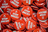 Des badges « Stop Brexit » du Parti national écossais en octobre.