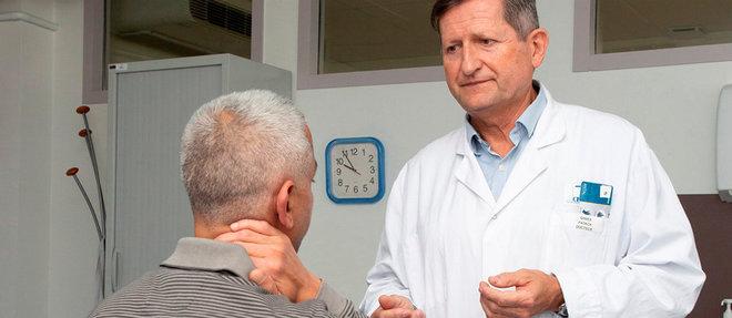 Le Dr Patrick Ginies, avec un patient qui pratique la relaxation, au centre antidouleur de Montpellier.  ©Ian HANNING/REA