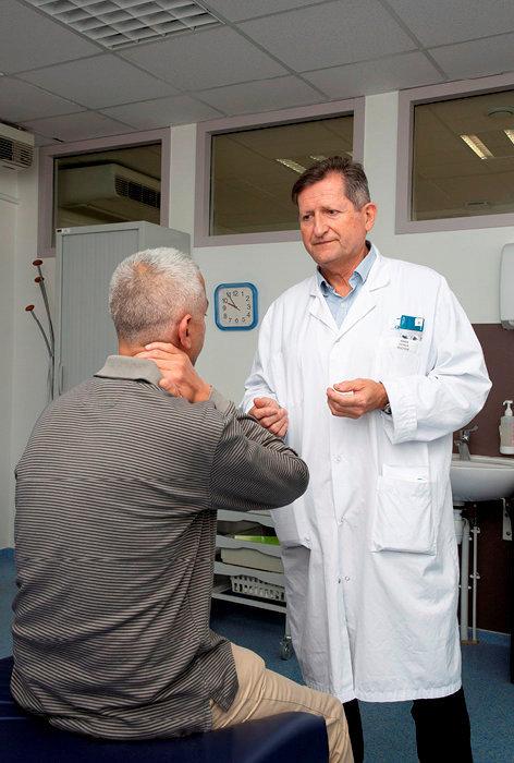 Calmant. Le Dr Patrick Ginies, directeur du centre antidouleur de Montpellier, avec un patient qui pratique la relaxation.