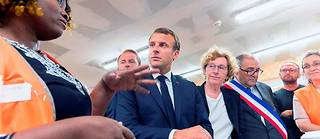 Muriel Pénicaud accompagne Emmanuel Macron sur un chantier d'insertion par l'activité économique, à Bonneuil-sur-Marne (Val-de-Marne), le 10septembre.   ©Witt Jacques/Pool/ABACA