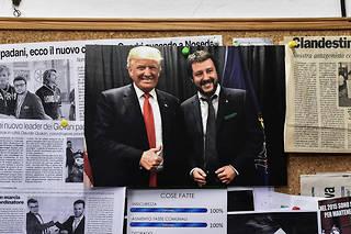 Une photo de Trump et Salvini accrochée dans un bureau de la Ligue à Varese.