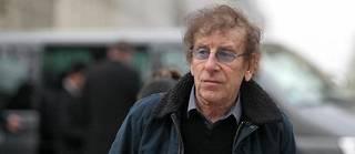 Alain Souchon devant le cirque d'hiver Bouglione à Paris.
