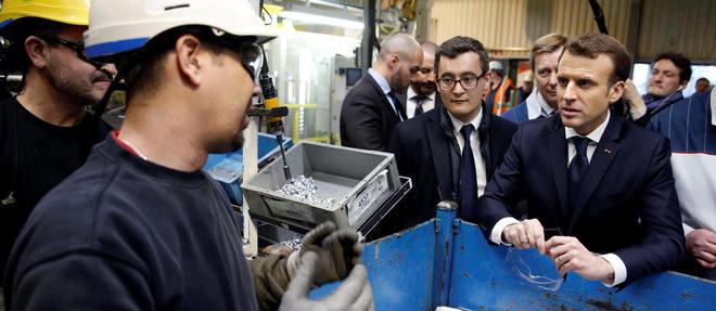 Emmanuel Macron visite l'usine Toyota d'Onnaing en compagnie du ministre de l'Action et des Comptes publics, Gerald Darmanin, le 22 janvier 2018.