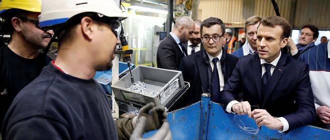 Emmanuel Macron visite l'usine Toyota d'Onnaing en compagnie du ministre de l'Action et des Comptes publics, Gérald Darmanin, le 22 janvier 2018.