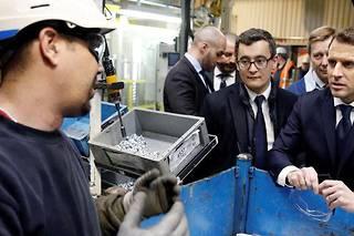 <p>Emmanuel Macron visite l'usine Toyota d'Onnaing en compagnie du ministre de l'Action et des Comptes publics, Gérald Darmanin, le 22 janvier 2018.</p>