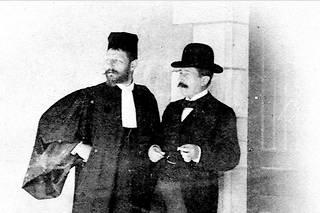 Le lieutenant-colonel Picquart (à dr.) avec l'avocat Fernand Labori (à g.), qui défend Dreyfus devant le conseil de guerre à Rennes, en 1899.