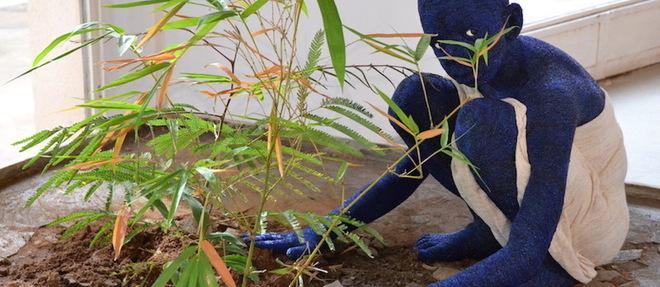 Orant # 5, oeuvre de l'artiste franco-camerounaise Beya Gille Gacha, 1er Prix BISO. Dans cette oeuvre un enfant brise le sol en bétonafin de révéler la terre étouffée et d'y planter trois arbres hautement symboliques et fertiles : un Karité, un Nere et un Bambou. Un bel hommage à l'ancien président du Faso Thomas Sankara.