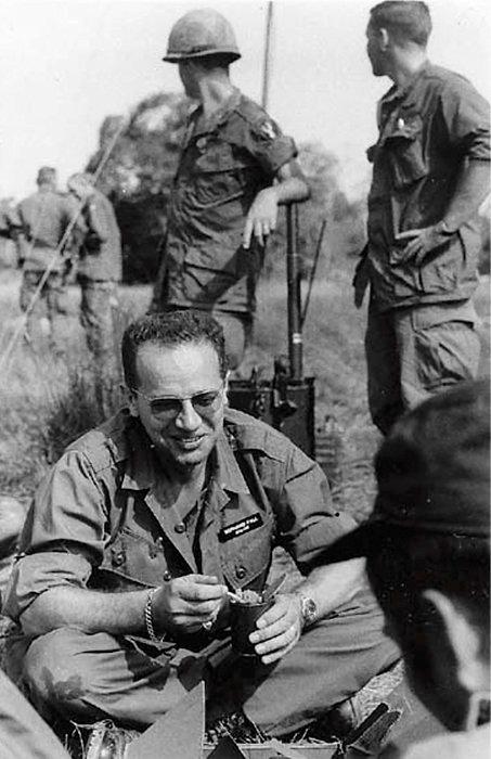 Embarqué. Bon camarade, le correspondant de guerre partageait sa ration avec les soldats américains dont il décrivait les combats au Vietnam.