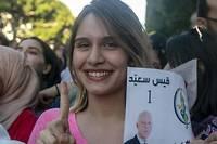 <p>Les partisans de l'universitaire conservateur Kaïs Saïed pavoisent après la victoire écrasante de leur champion (72,29 %) à l'élection présidentielle tunisienne.</p>